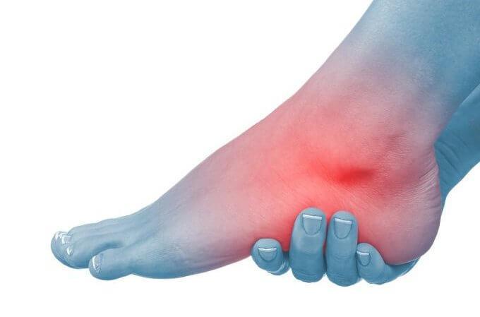 Causas de hinchazón inexplicable del pie izquierdo y el tobillo