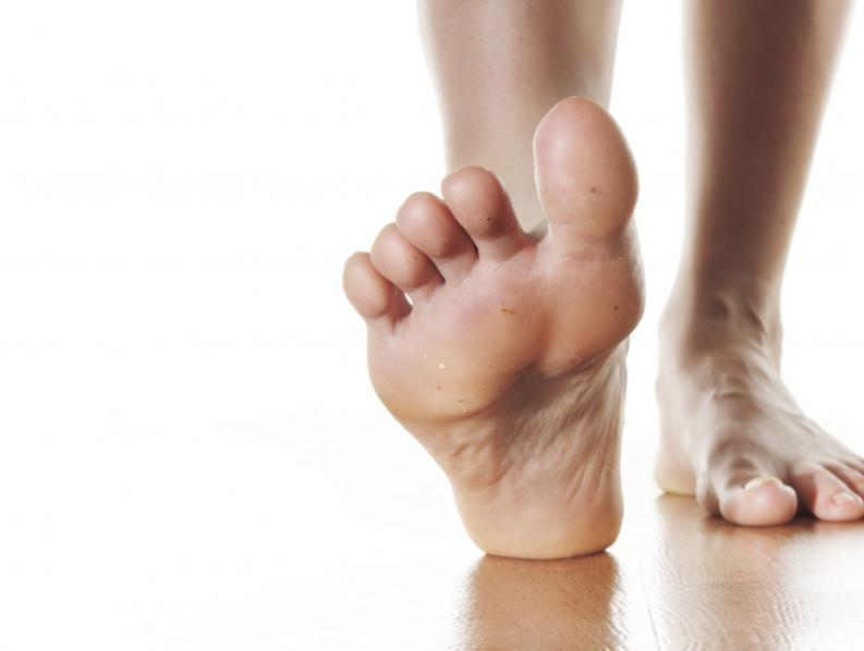 Por qué la parte inferior de mis pies duele
