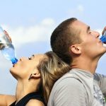 Principales beneficios de beber un galón de agua al día