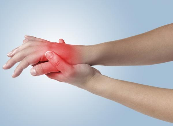 Qué causa las manos hinchadas por la mañana