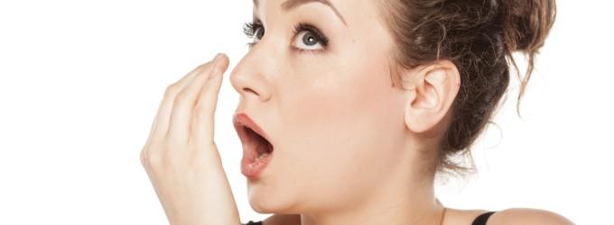 Qué causa que tu aliento huele a caca