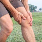 La recuperación de los músculos del muslo dolorido después de las sentadillas