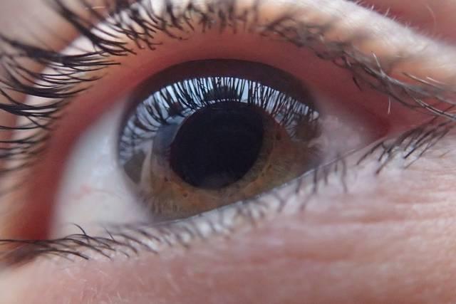 destellos de luz en el ojo