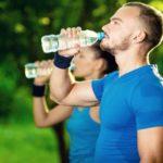 ¿Cuánto debería beber agua diariamente?