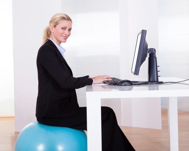 sentado-estabilidad-pelota-trabajo-oficina