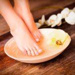 Beneficios de remojar los pies en sal de Epsom y bicarbonato de sodio
